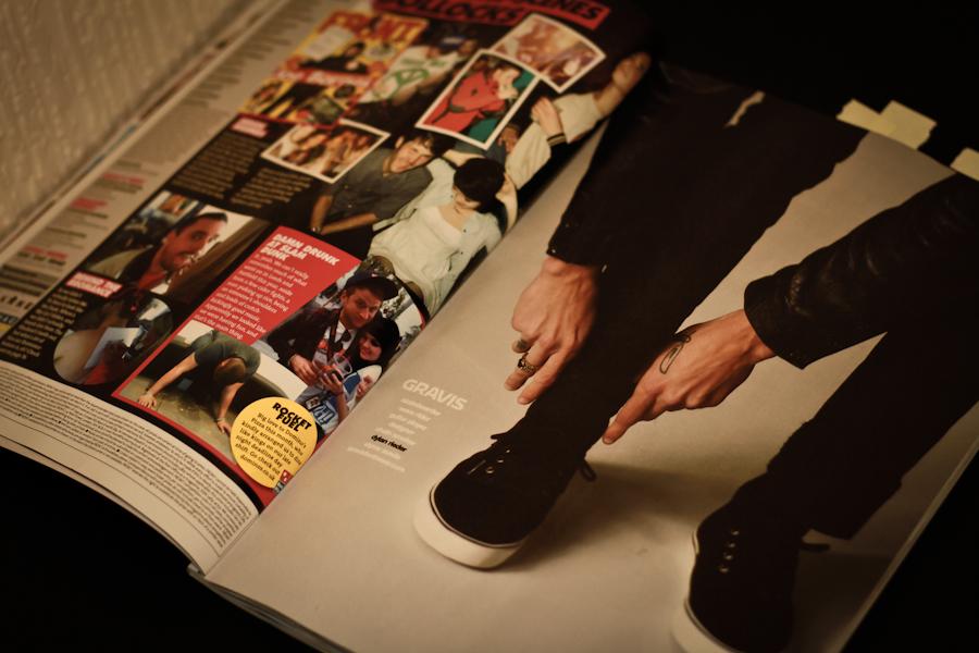 одевая ботинки