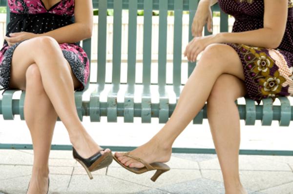 две девицв на скамейке